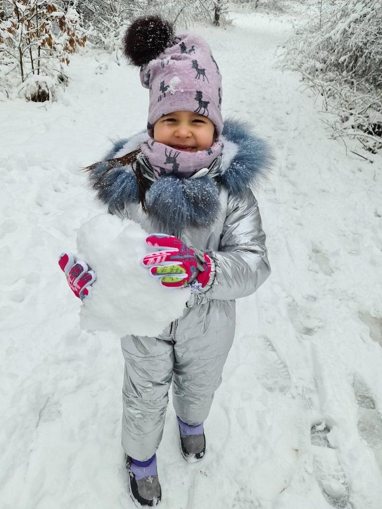 Snow 21 Child with snowball Lilija Kitkevič